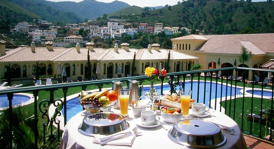 Luxurious Andalucía Bank Holiday at best rates!